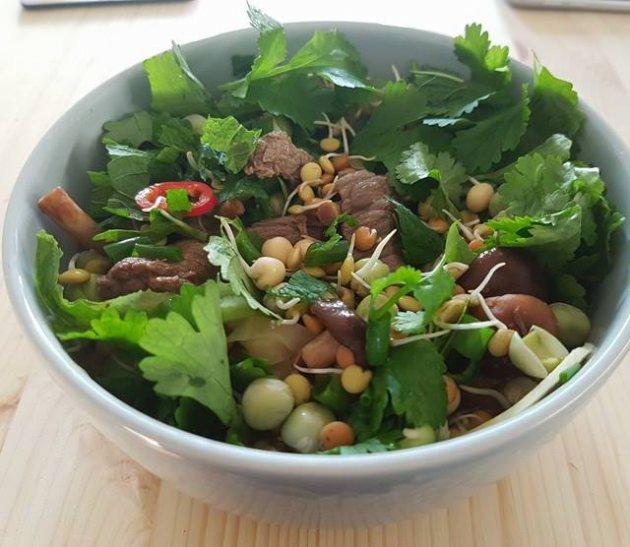 Maukas pho valmistuu helposti mausteisesta liemestä ja lisukkeista